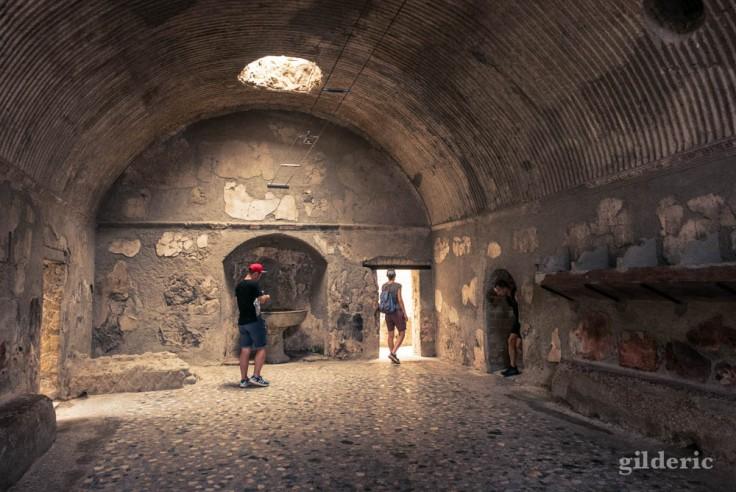 Apodyterium (vestiaires) des thermes masculins à Herculanum