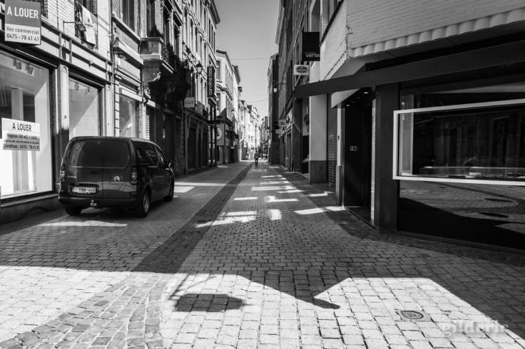Rue du Pot d'Or (Liège) : chroniques du confinement en noir et blanc