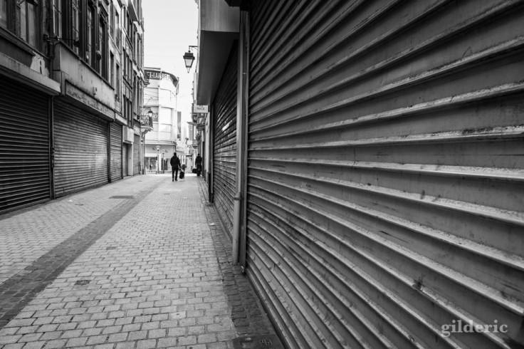 Volets baissés à Liège : chroniques du confinement en noir et blanc