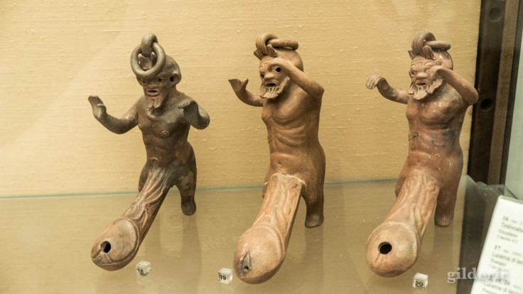 Lampes en forme de satyres (Pompéi) au Musée archéologique national de Naples