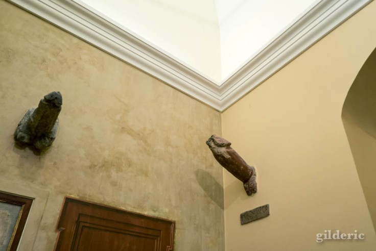 Phallus en pierre aux murs du cabinet secret de Naples