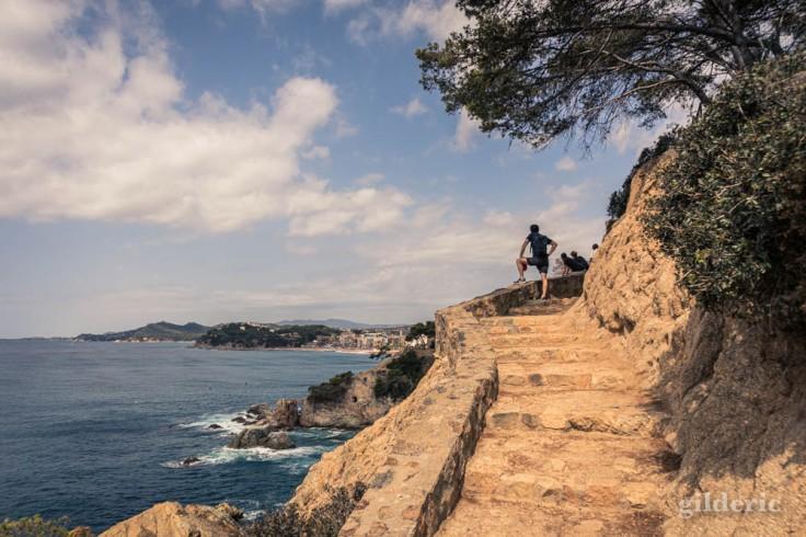 Une silhouette humaine apporte un point de repère dans un paysage (Lloret de Mar