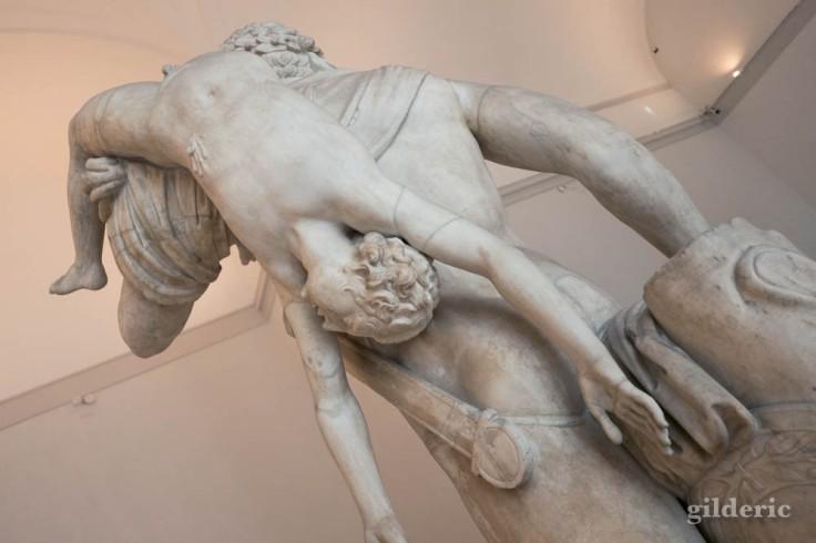 Héros grec avec enfant, sculpture monumentale du Musée archéologique de Naples