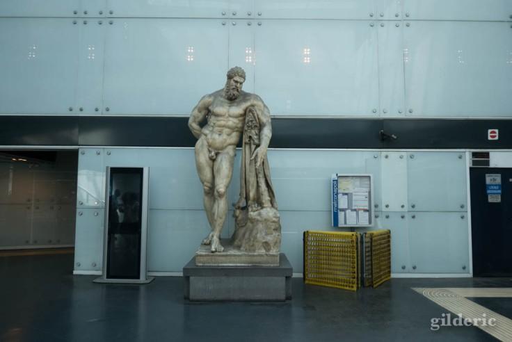 Copie de l'Hercule Farnèse, dans la station de métro près du musée