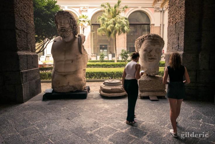 Fragments de sculptures monumentales, dans la galerie bordant la cour intérieure du musée archéologique de Naples
