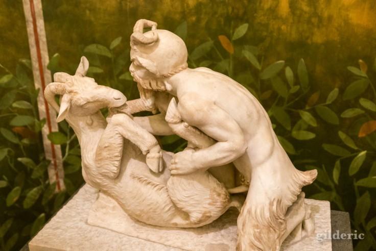 Satyre et chèvre (sculpture érotique de Pompéi) au Musée archéologique de Naples