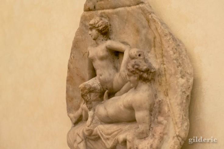Fragment de bas-relief érotique de Pompéi au Musée archéologique de Naples