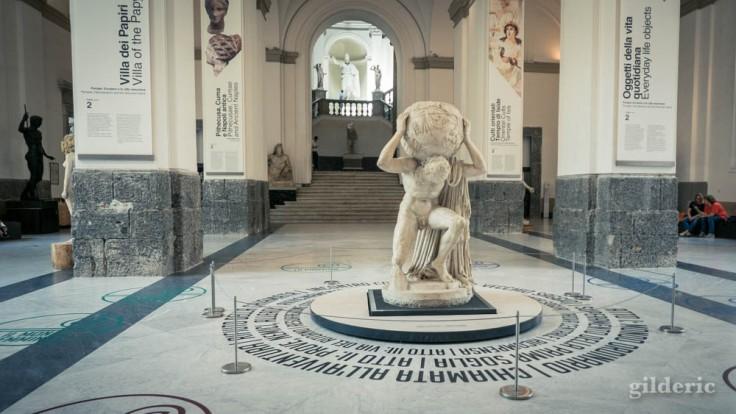 L'Atlas Farnèse dans le hall du Musée archéologique de Naples (MANN)