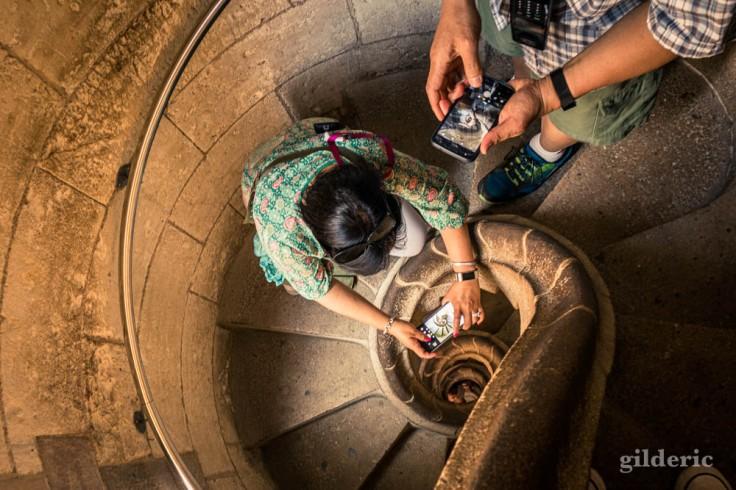 Touristes en pleine séance photo dans les escaliers de la Sagrada Familia