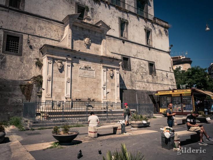 Visiter Naples : Fontaine de Formielllo, à l'arrière du Castel Capuano