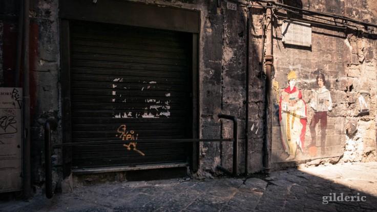 Visiter Naples : murs anciens et graffitis