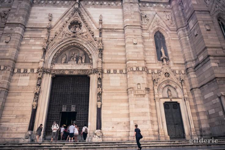 Visiter Naples : entrée de la cathédrale