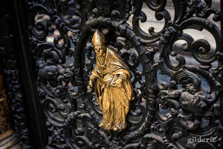 Visiter Naples : détail sur une porte, dans la cathédrale