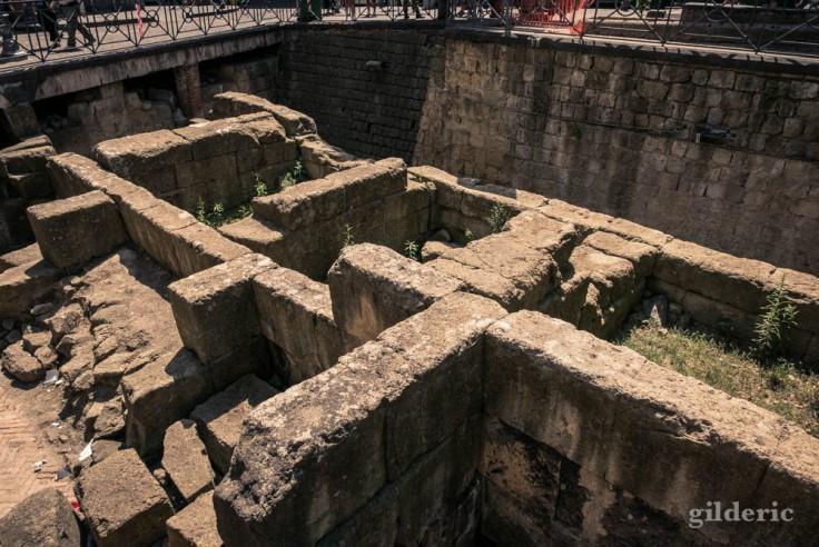 Visiter Naples : fragment des remparts grecs de Neapolis, piazza Bellini