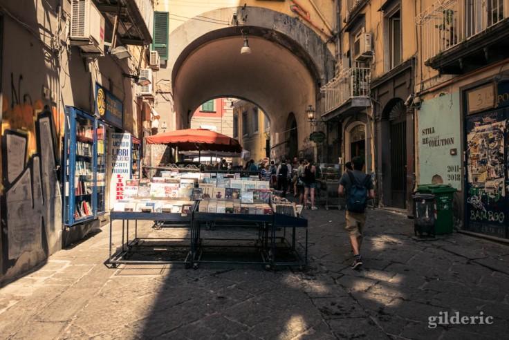Visiter Naples : bouquiniste dans la via Port'Alba