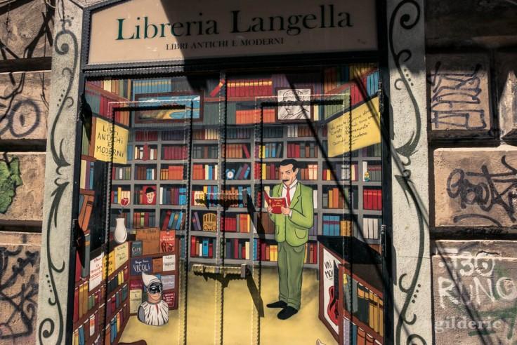 Visiter Naples : volets peints d'un bouquiniste de la Porta Alba