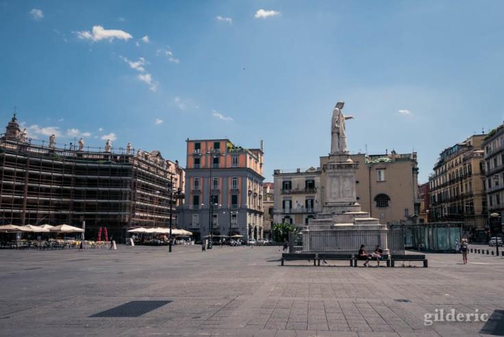 Visiter Naples : statue de Dante Alighieri
