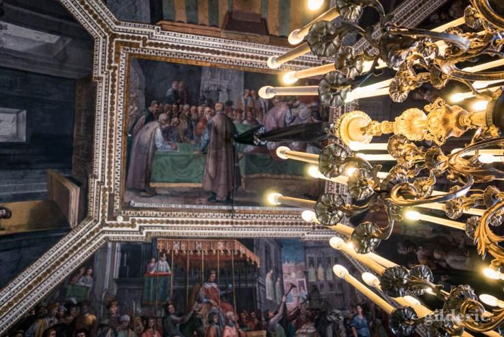 Naples : lustre et plafond d'une des antichambres du palais royal
