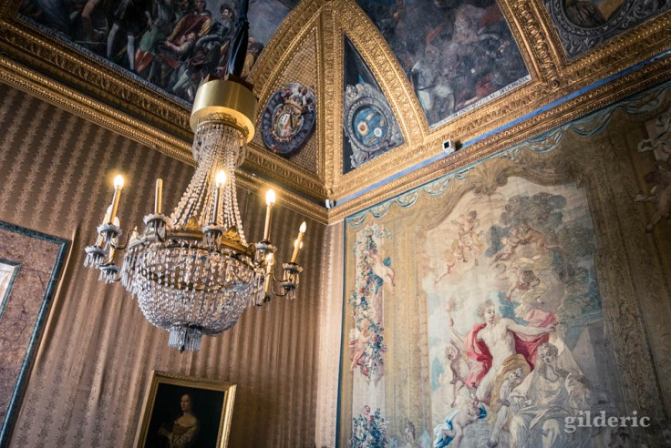 Visiter Naples : détail d'une salle des appartements royaux du palais royal