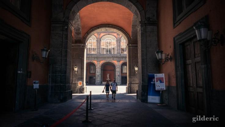 Visiter Naples : entrée du Palais royal et cour d'honneur