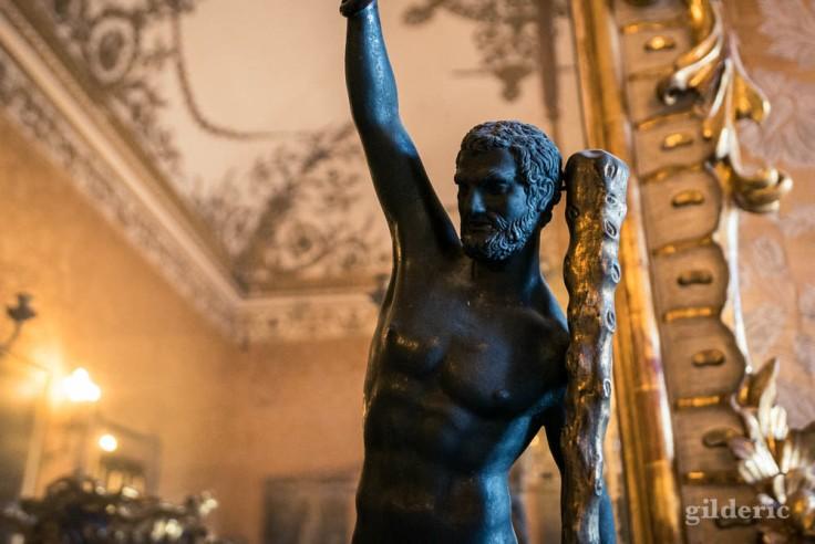 Palais royal de Naples : candélabre en forme d'Hercule