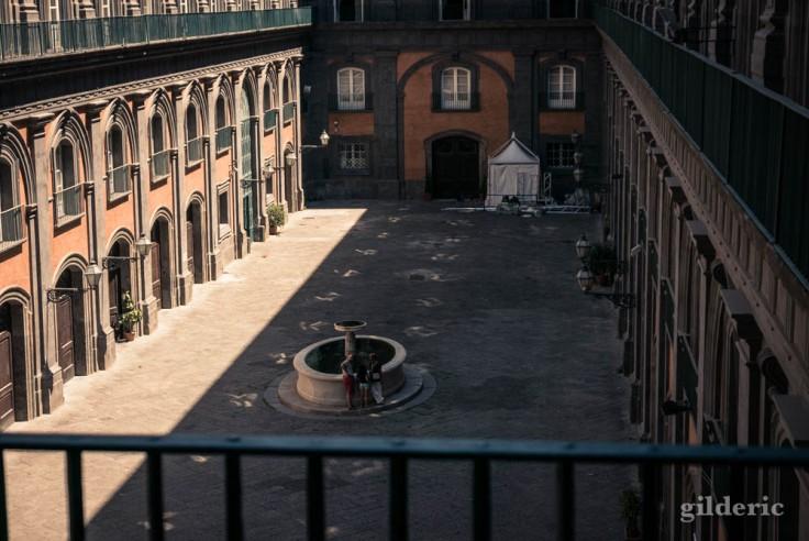 Le Palais royal de Naples : la cour des carrosses