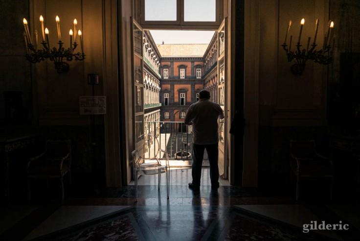 Le Palais royal de Naples : fenêtre ouverte sur la cour des carrosses