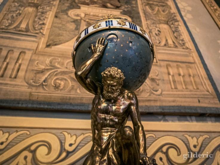 Salon d'Hercule au Palais royal de Naples : statuette d'Atlas