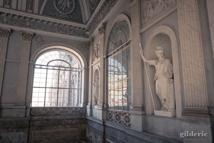 Palais royal de Naples : escalier d'honneur (détail des murs et des fenêtres)