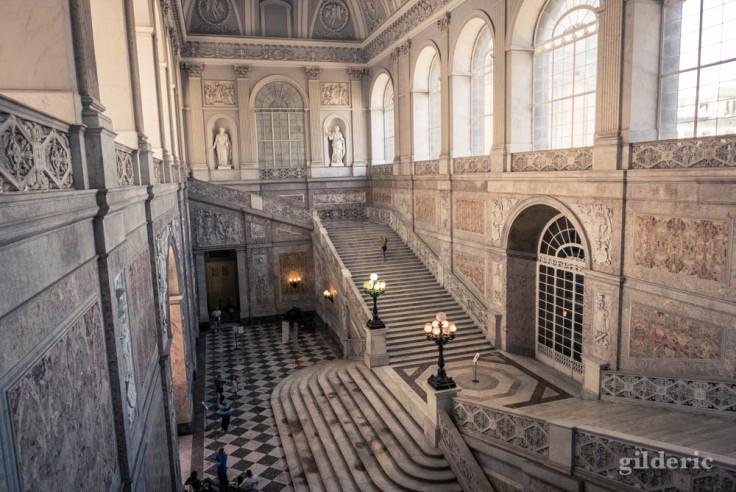 Visiter Naples : escalier d'honneur monumental du Palais royal