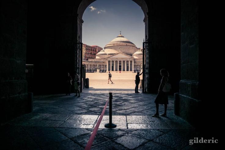 Basilique San Francesco di Paolo, sur la Piazza del Plebiscito, vue du Palais royal de Naples