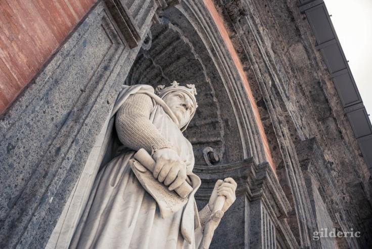 Visiter Naples : statue monumentale de Charles d'Anjou, sur la façade du Palais royal