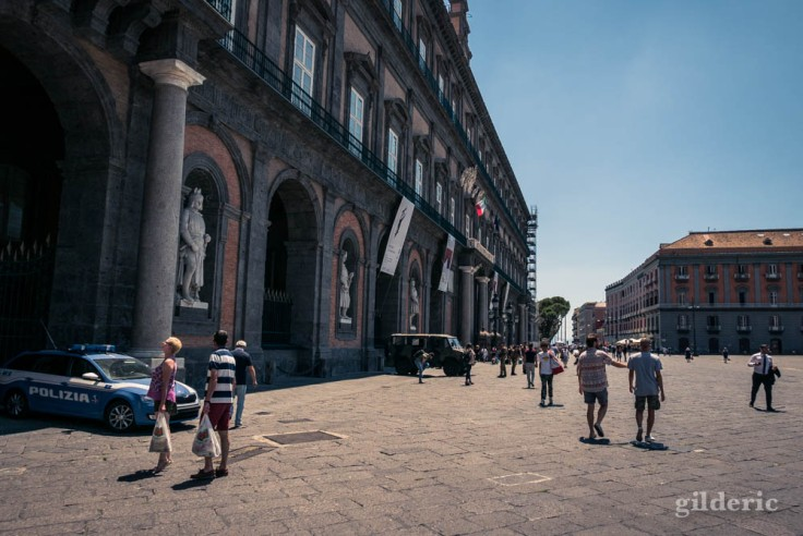 Visiter Naples : façade du Palais royal
