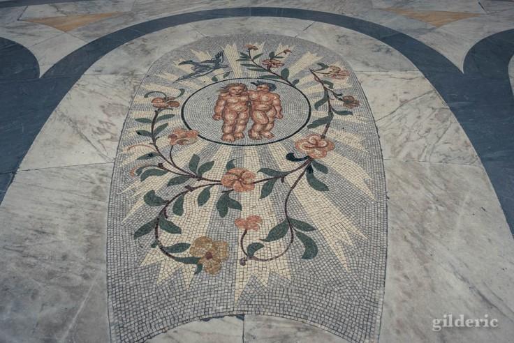 Visiter Naples : Gémeaux, un des signes du zodiaque en mosaïque, au centre de la Galleria Umberto I