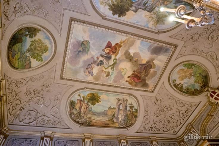 Visiter Naples : le plafond du théâtre du Palais royal