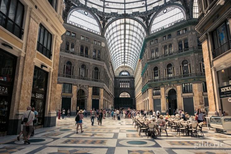 Visiter Naples : la Galleria Umberto I, une galerie marchande haute et spacieuse