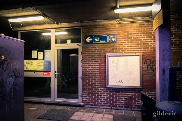 Gare de Visé la nuit : le bâtiment