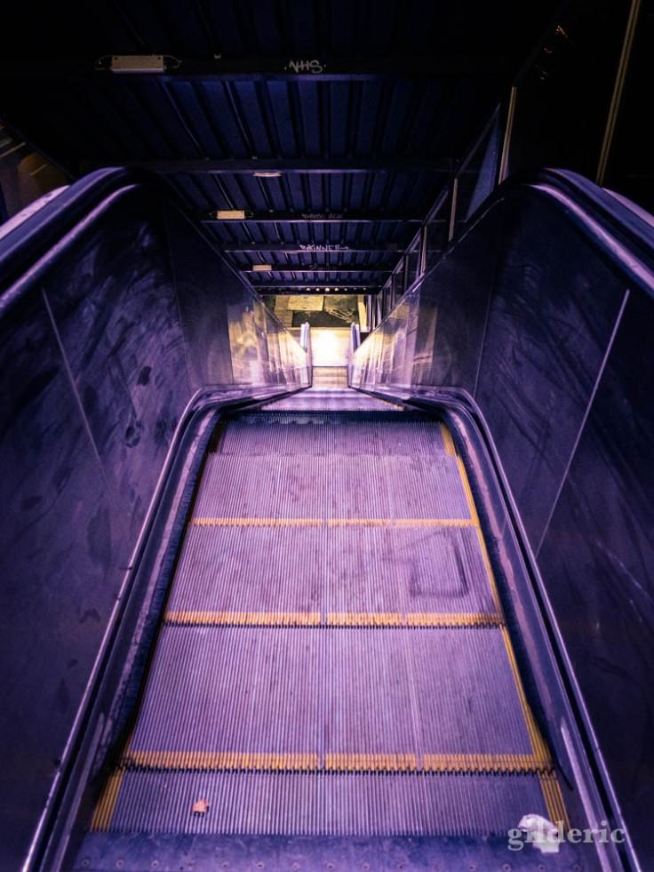 Gare de Visé la nuit : l'escalator violet