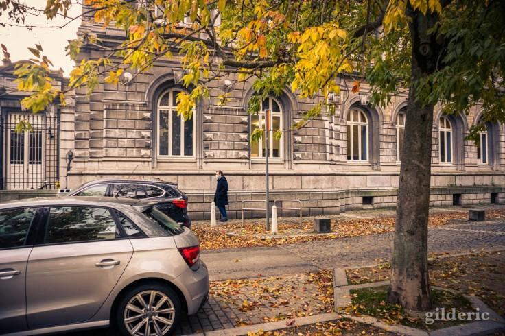 Automne à Liège : passant masqué sur le boulevard Saucy (photo)