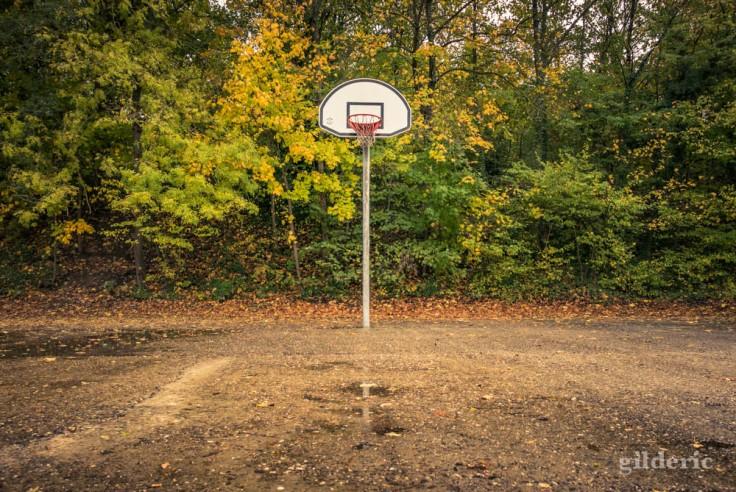 Balade autour du Fort de la Chartreuse en automne : le panier de basket abandonné (photo)