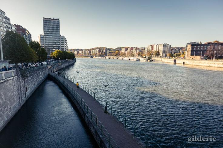 Automne à Liège : coureur sur le RAVEL en bord de Meuse