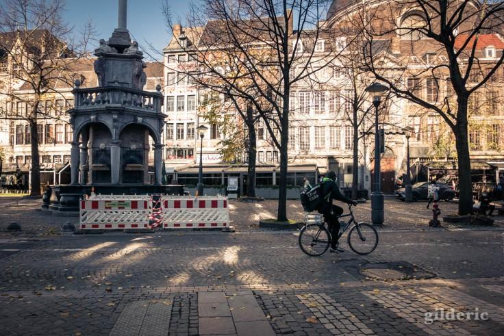 Livreur à vélo place du marché à Liège