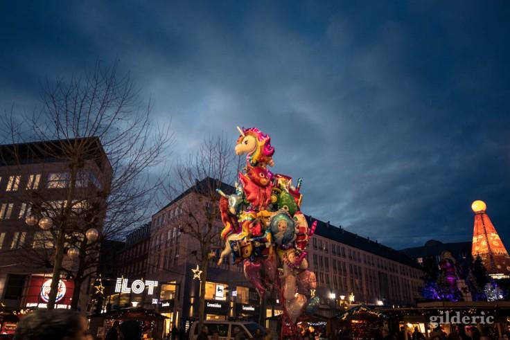 Photographier Noël : ballons gonflés sur la place Saint-Lambert de Liège