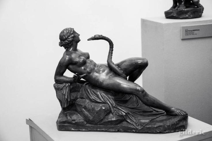 Statuette érotique en bronze (Léda et le cygne), au Palais Mirbach à Bratislava