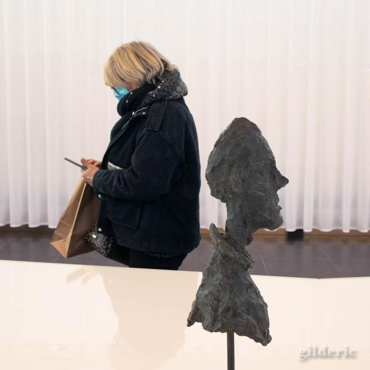 Buste de Diego par Giacometti et visiteuse de l'exposition