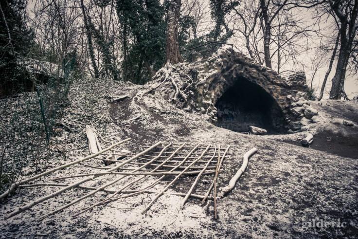 La grotte du parc de la Chartreuse sous la neige