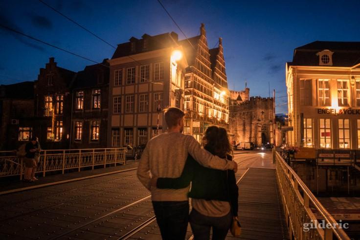 Balade en amoureux le soir, près du Gravensteen à Gand