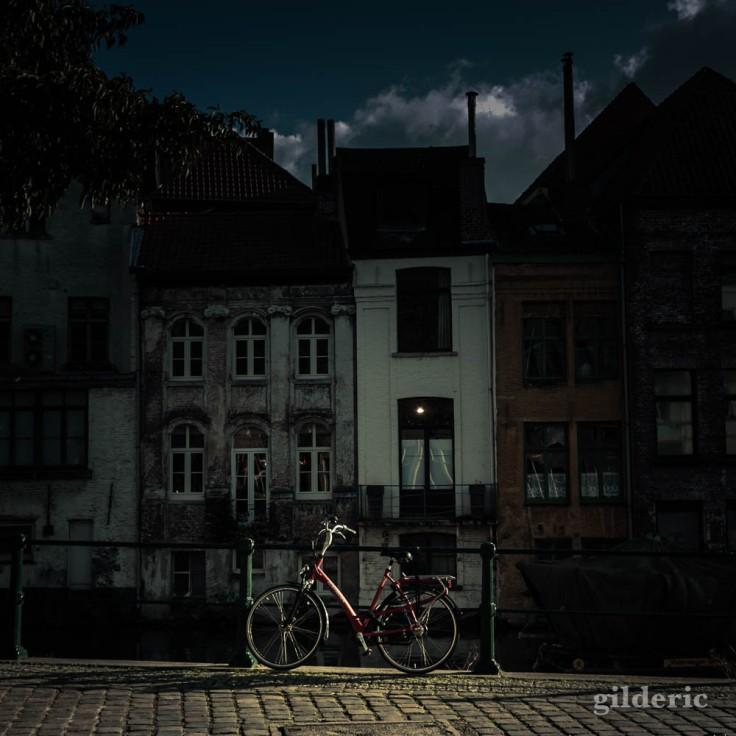 Vélo au bord d'un canal à Gand