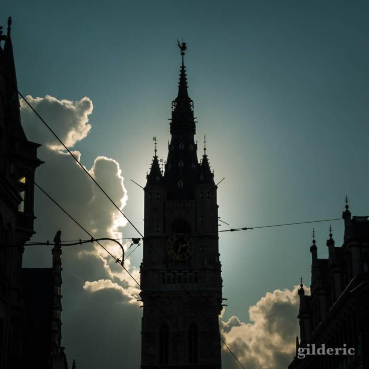 Silhouette du beffroi de Gand en contrejour