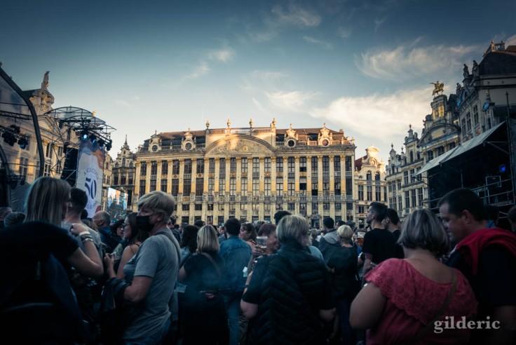 Fans d'Indochine sur la Grand-Place de Bruxelles, avant le concert